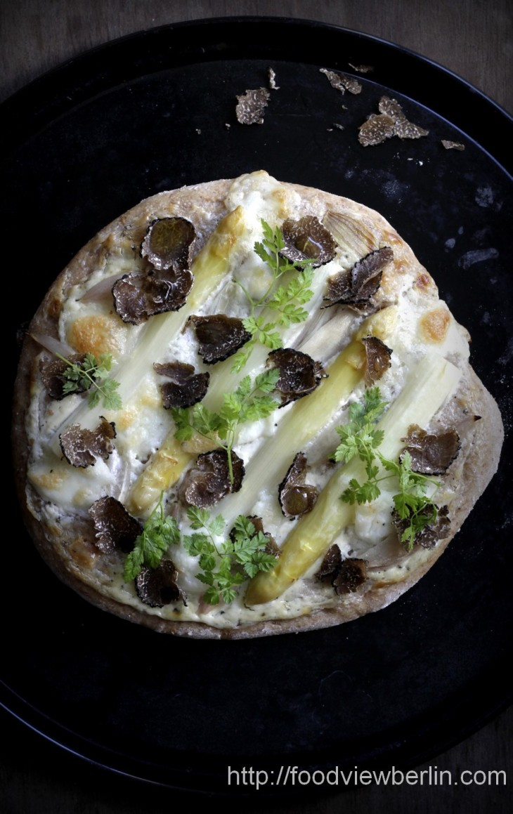Pizza bianca with white asparagus and fresh summer truffles