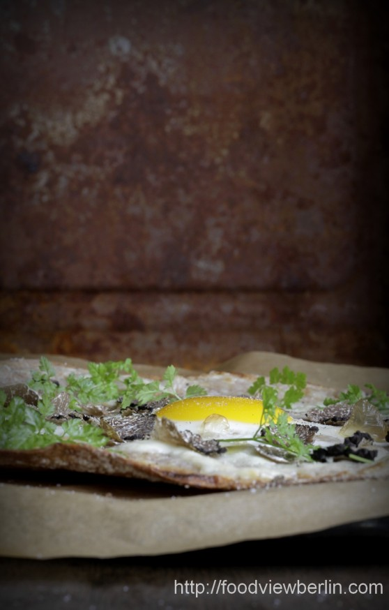Pizza bianca al uovo with fresh summer truffles