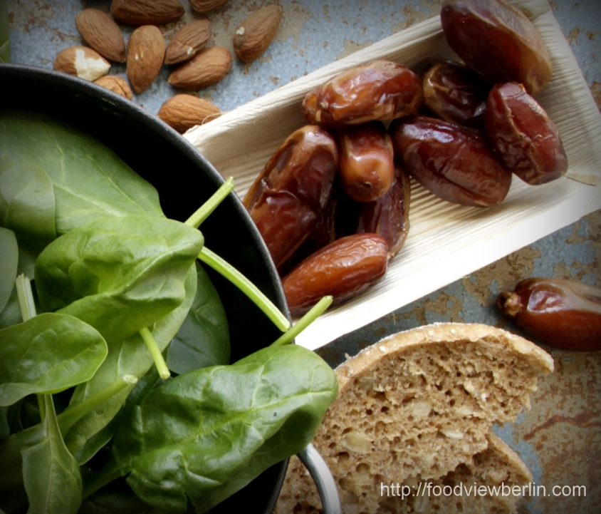 Spinach salad with dates and almonds