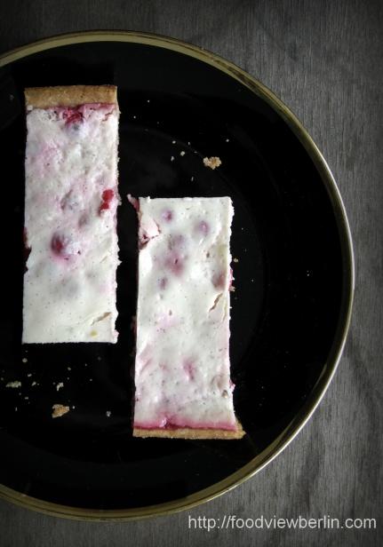 Smetana cake with currants